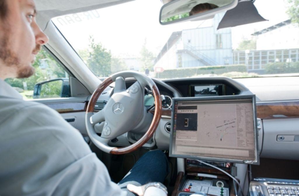 Den Computer an, die Hände auf dem Schoß: so funktioniert das hochautomatisierte Fahren im Ulmer Feldversuch. Foto: Universität Ulm