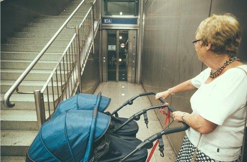 Haltestelle Feuersee: Mit Kinderwagen hat  Irmtraud Austmann bei defektem Aufzug kaum Chancen aus der Station zu kommen. Foto: Lichtgut/Leif Piechowski