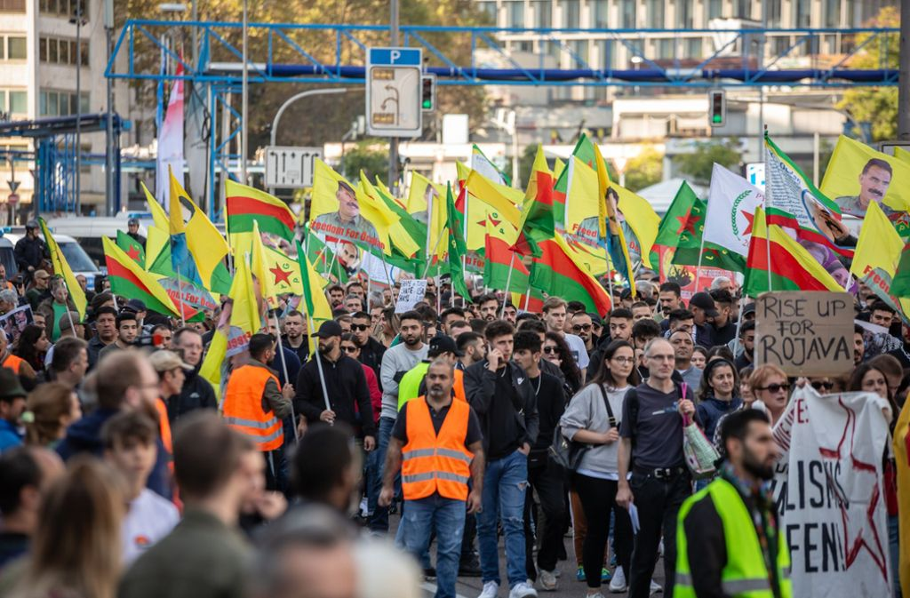 Kurdische Demonstranten ziehen durch die Stadt. Foto: Lichtgut/Julian Rettig