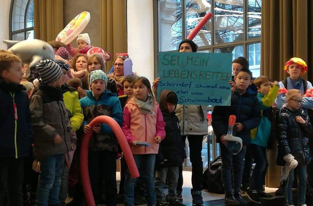 Vor dem Schorndorfer Gemeinderat haben Eltern und Kinder demonstriert. Foto: StZN/Butschek