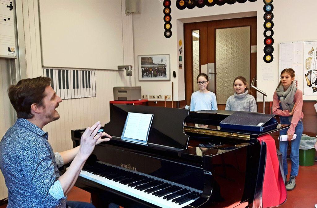 Florian Schmitt-Bohn  gibt seinen Schülerinnen noch Tipps vor ihrem Auftritt in der Liederhalle. Die  fünf Mädchen gehören zum  Chor des Hölderlin-Gymnasiums. Foto: Eva Funke