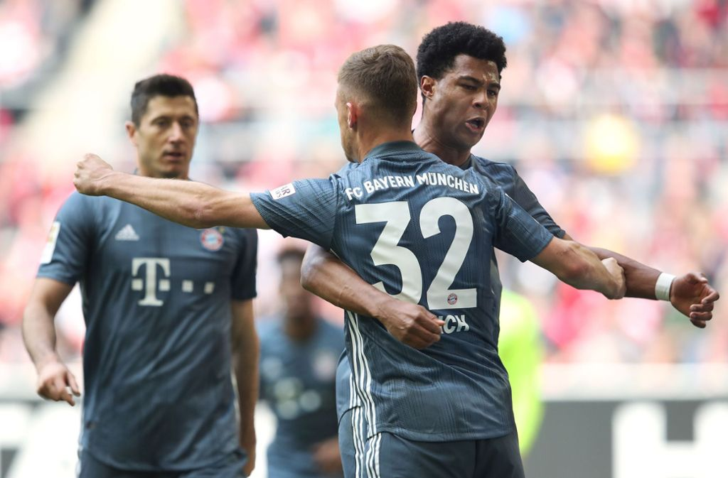 Serge Gnabry freut sich mit Joshua Kimmich über das 2:0 gegen Düsseldorf. Foto: AFP