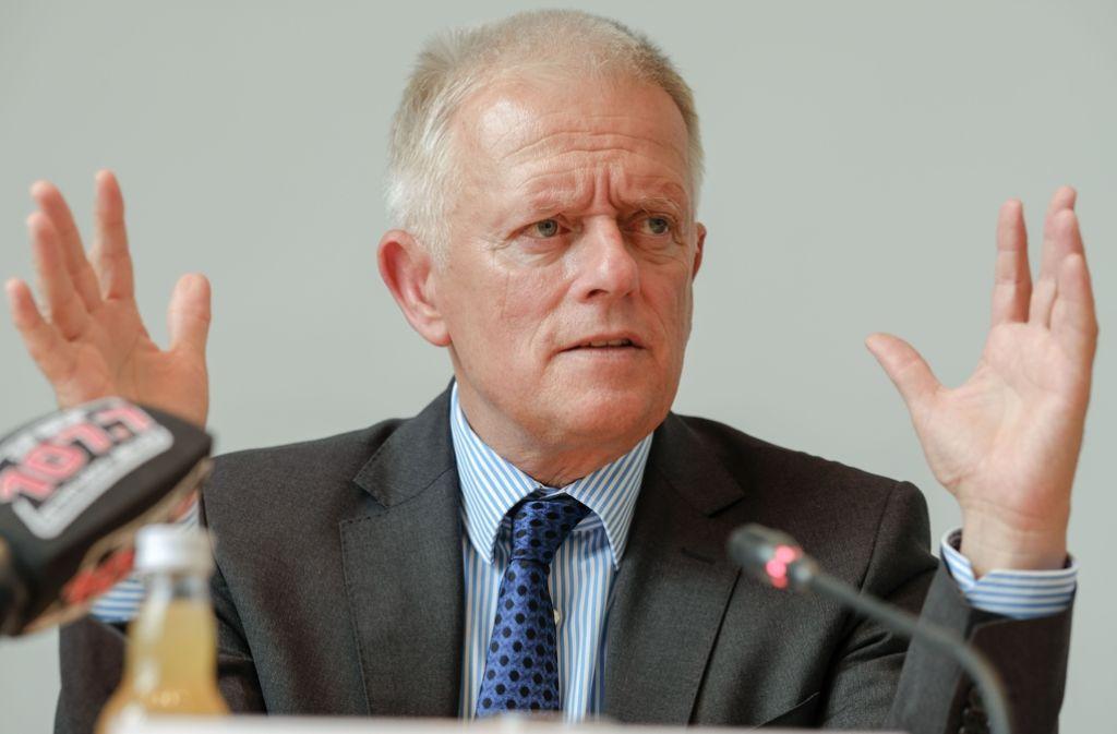 OB Fritz Kuhn erläutert seine Überlegungen für einen neuen Zuschnitt der Dezernate im Stuttgarter Rathaus. Bei der Besetzung der Bürgermeisterposten bleiben SÖS/Linke außen vor. Foto: Lichtgut/Leif Piechowski