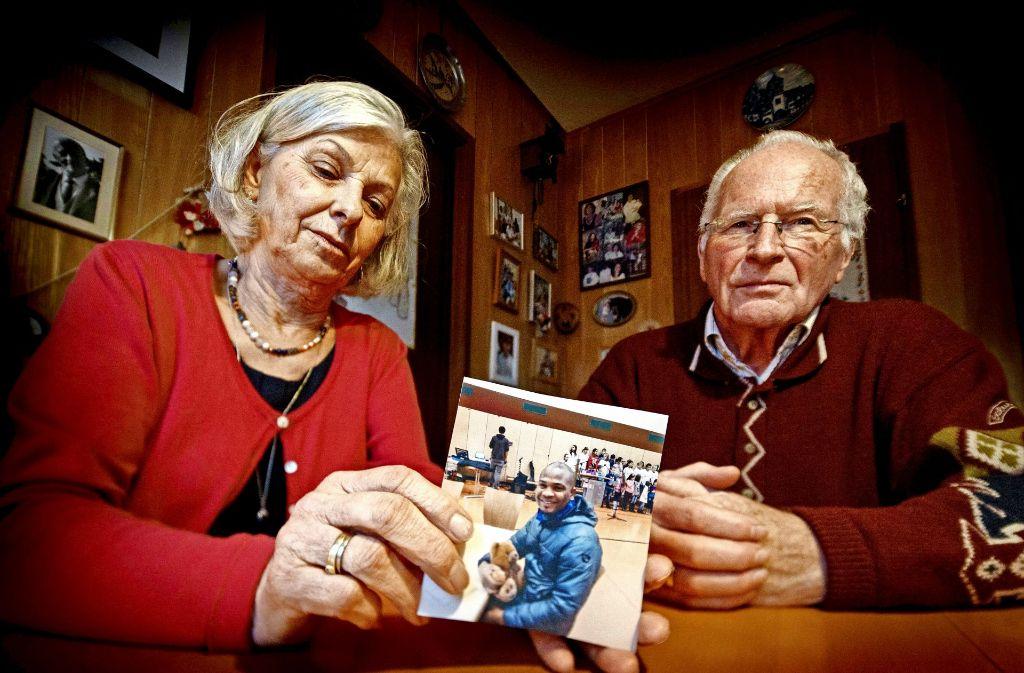 Inge und Bernhard Auer mit einem Foto von Israel Igberase. Den Teddy hatten sie ihm Ende 2015 nach Scharnhausen mitgebracht. Foto: Gottfried Stoppel