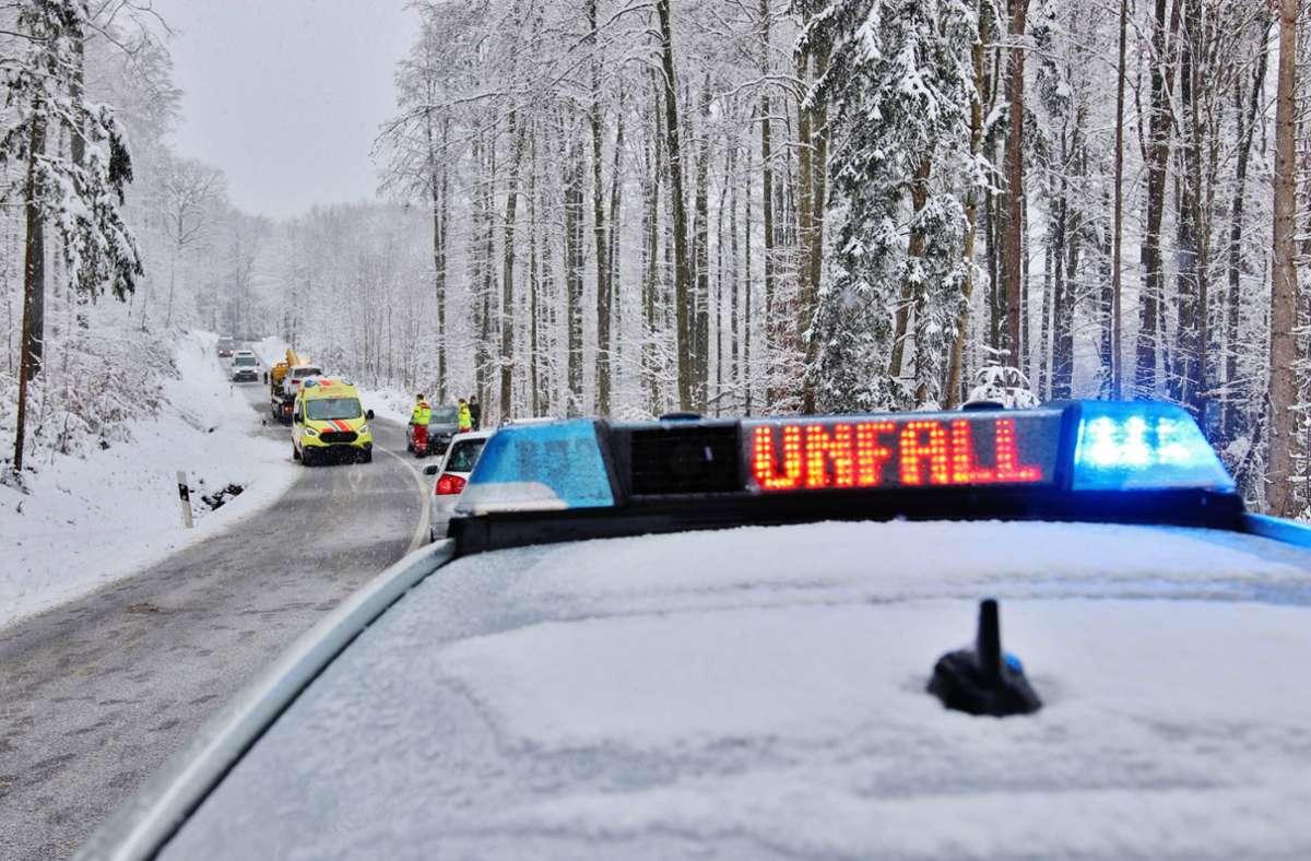 Der Unfallort im verschneiten Winterwald: Die Landesstraße beim Stöckenhof. Foto: 7aktuell.de/Kevin Lermer
