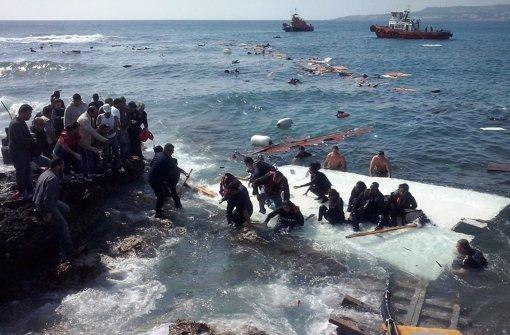 Flüchtlingsschiff vor Strand zerschellt