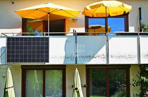 Sonnenkraftwerkchen am Balkongeländer