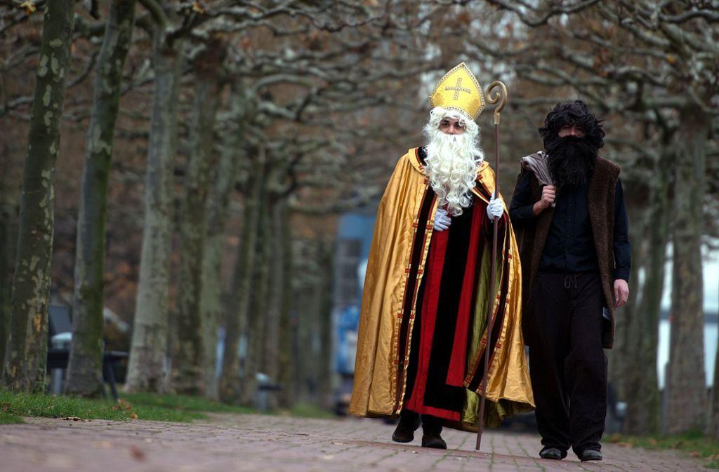 Der Heilige Nikolaus ist unterwegs mit Knecht Ruprecht an seiner Seite. Foto: dpa
