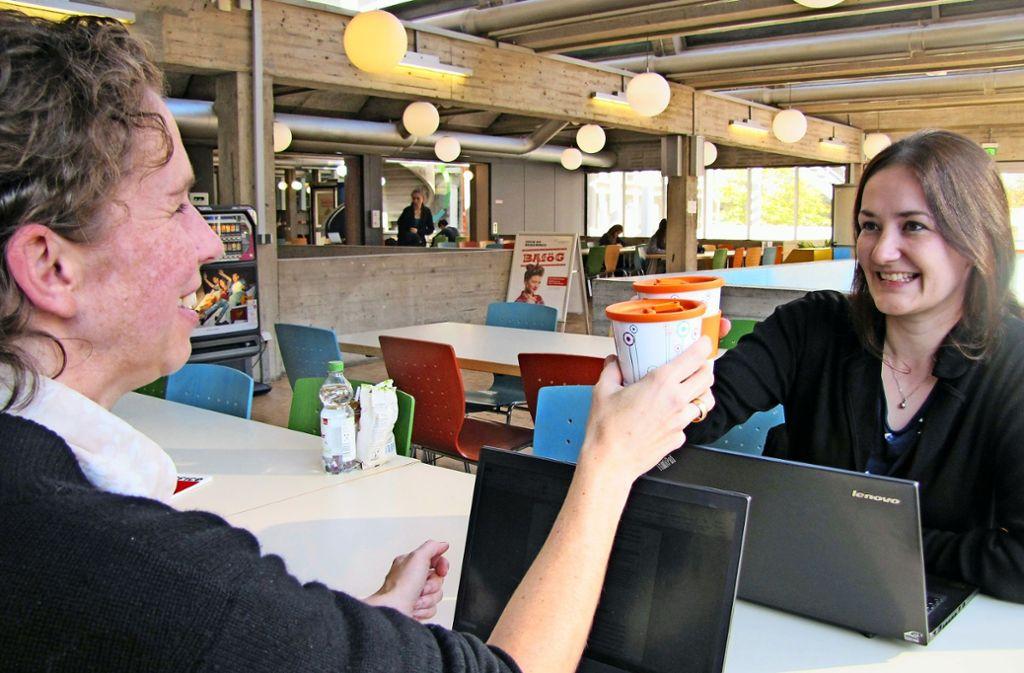 Statt auf Pappbecher setzt das Studierendenwerk nun auf Mehrwegbecher. In den Mensen und  Cafeterias auf dem Campus in Vaihingen sind sie bereits im Umlauf. Foto: Felizitas Eglof