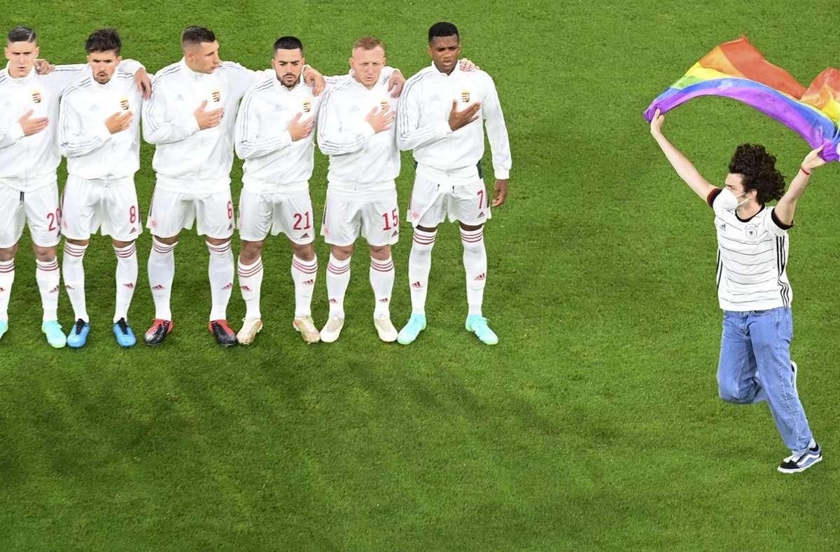 Der Flitzer lief bei der Nationalhymne der Ungarn aufs Spielfeld. Foto: dpa/Matthias Hangst