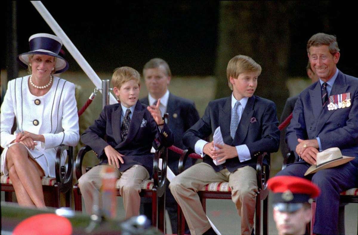 Ein Bild aus dem Jahr 1995: Prinzessin Diana und Prinz Charles mit den Söhnen Harry und William – damals lebte das Paar bereits mehrere Jahre getrennt. Foto: AP/Alistair_Grant