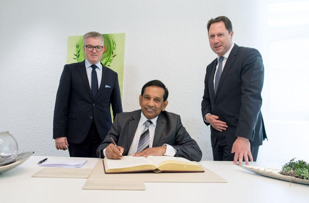 Eintrag ins Goldene Buch: Pierre-Enric Steiger, der Gesundheitsminister Sri Lankas, Rajitha Senarathne, und Oberbürgermeister Hartmut Holzwarth (von links) Foto: Martin Stollberg