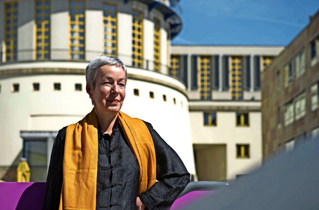 Franziska Kötz vor der Hochschule Foto: Lichtgut/Max Kovalenko