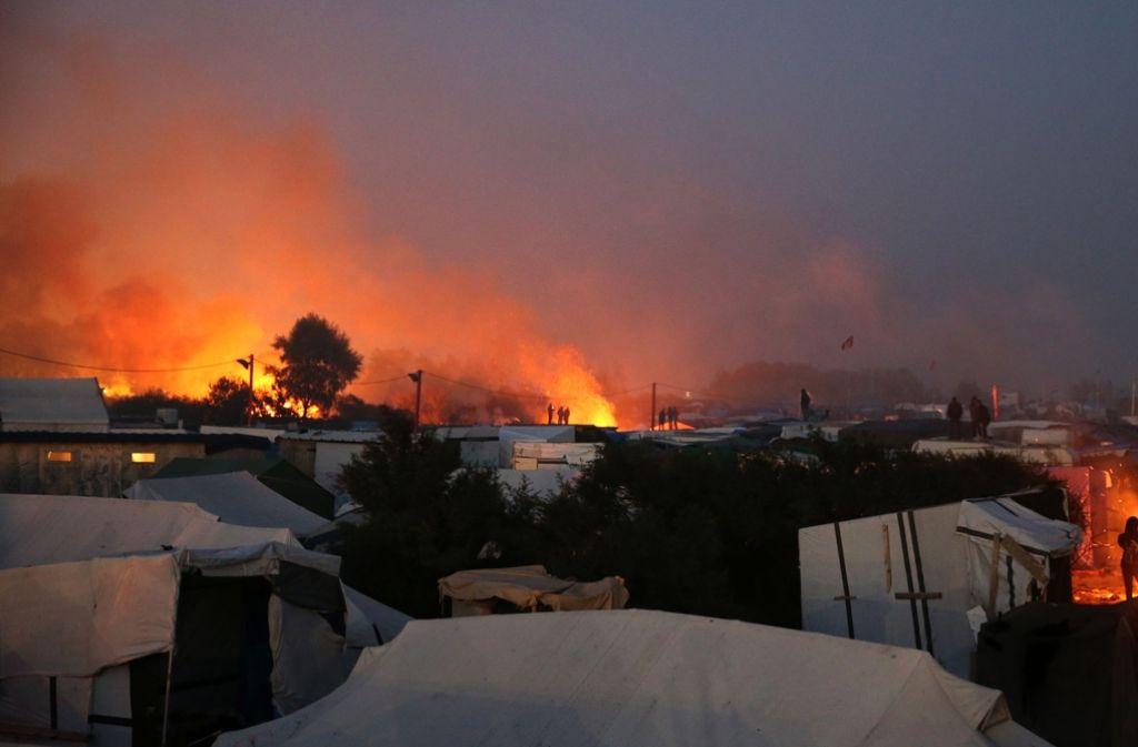 """Im Rahmen des Abrisses lodern im """"Dschungel"""" von Calais immer wieder kleine Feuer auf. Foto: AFP"""