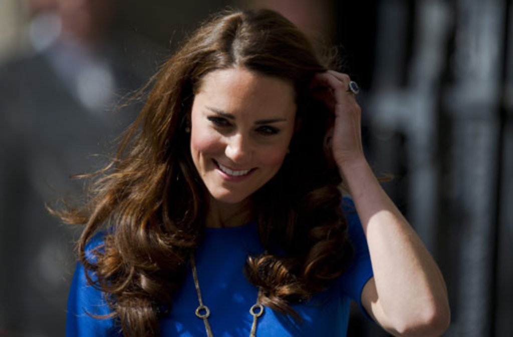 Lange braune Mähne, schüchternes Lächeln: Herzogin Kate hat erstaunliche ... Foto: dpa
