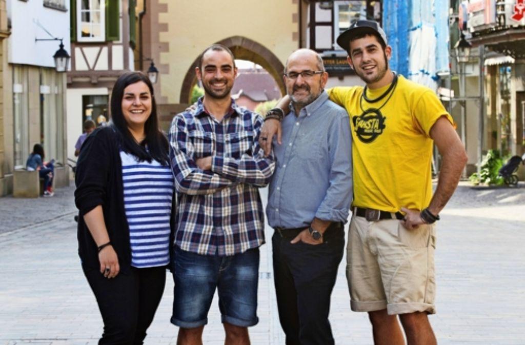 Drei der jungen Spanier mit ihrem Paten Ignacio Ibanez (zweiter von rechts) Foto: Ines Rudel