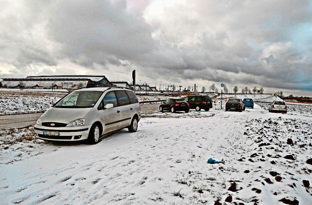 Auf diesem Feldweg zwischen Echterdingen und Plieningen haben einige Autofahrer ihr Fahrzeug widerrechtlich abgestellt. Foto: Fatma  Tetik/Lg, Piechowski