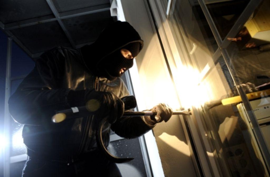 Ein Einbrecher bei der Arbeit (Szene nachgestellt). Foto: dpa