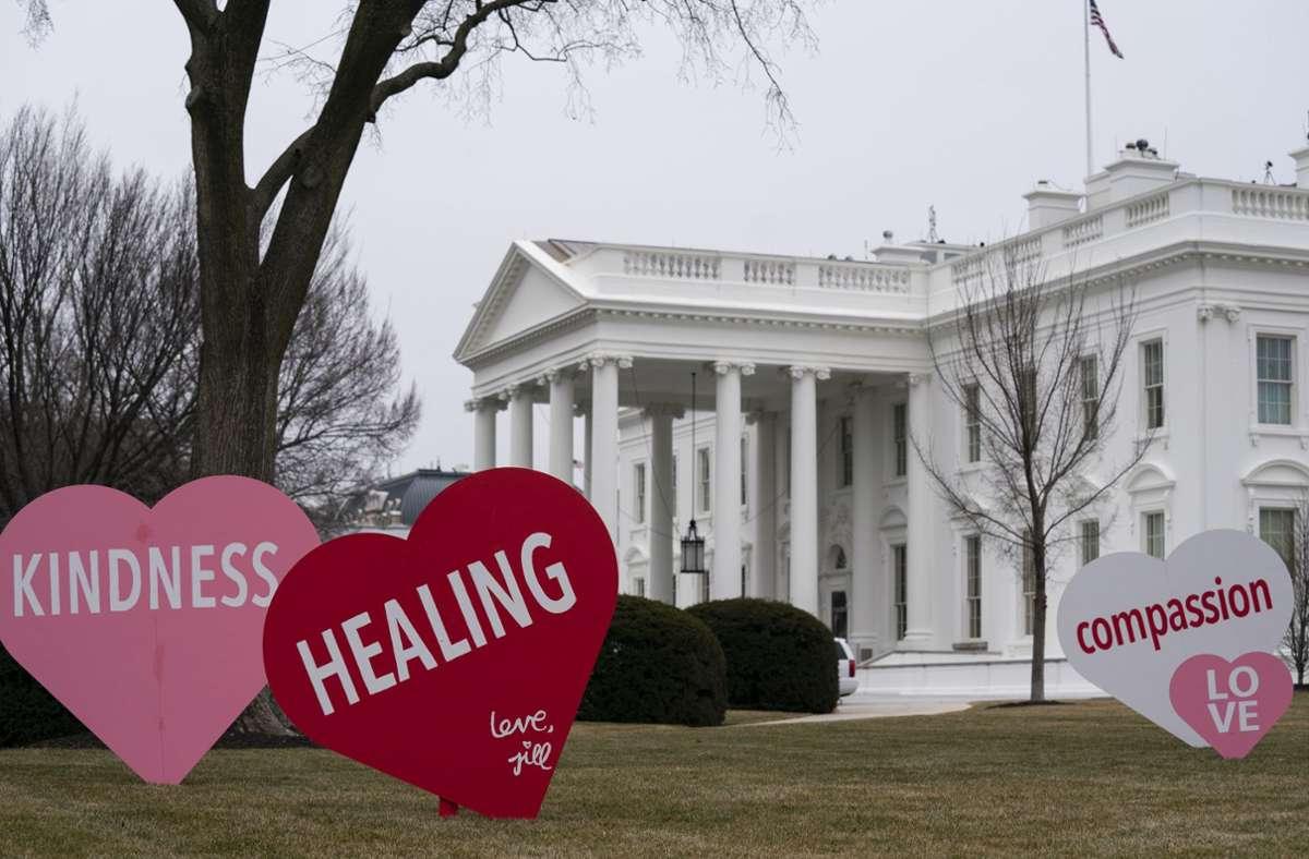 Vor dem Weißen Haus ließ Jill Biden große Herzen aufstellen. Foto: dpa/Evan Vucci