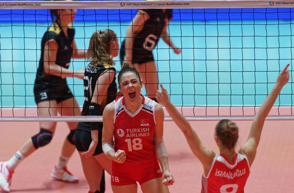 Die Spielerinnen der Türkei jubeln über ihren Sieg gegen Deutschland. Foto: AFP/RONALD HOOGENDOORN