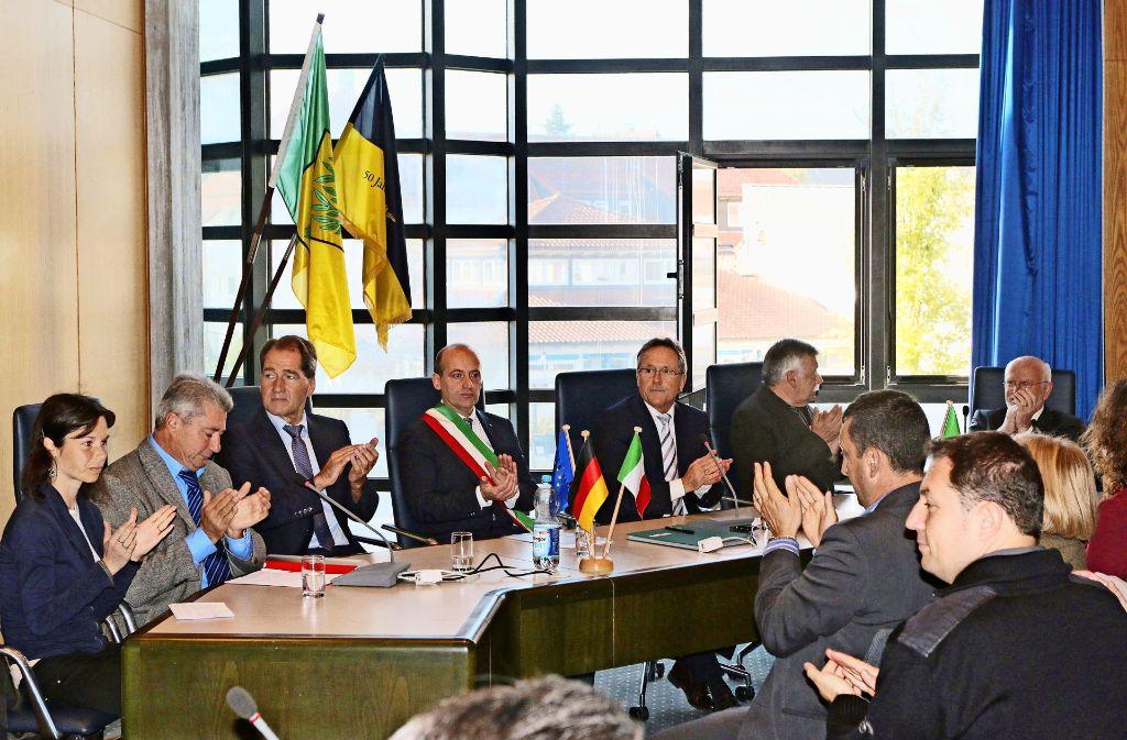 Viel Beifall gibt es, als die Freundschaft zwischen Perosa und Perouse nun offiziell in eine Partnerschaft zwischen beiden Gemeinden mündet. Foto: Andreas Gorr