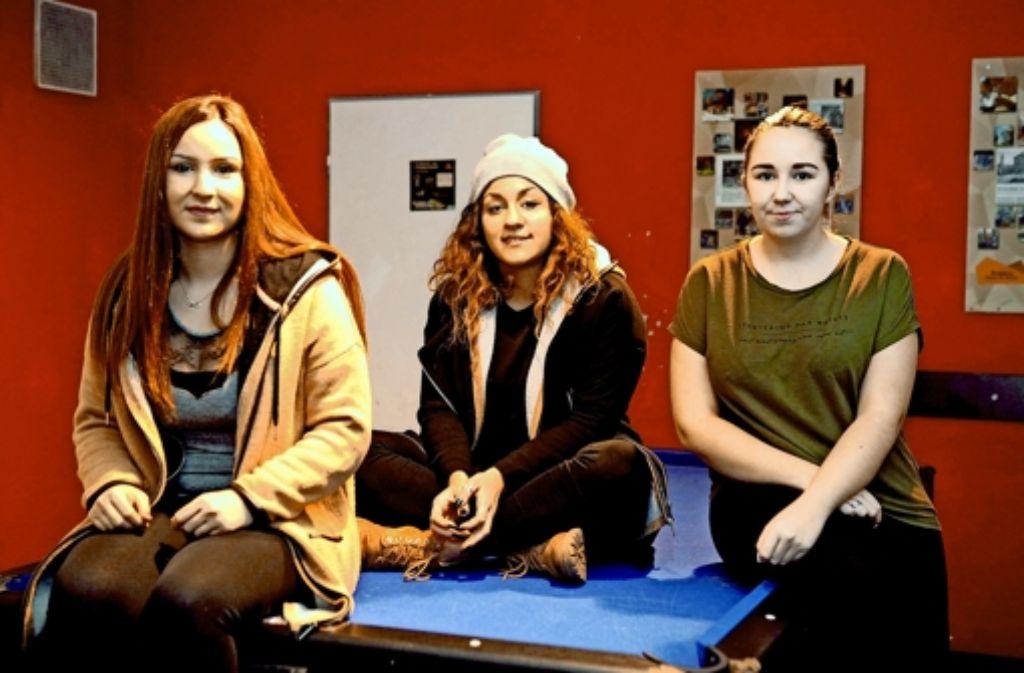 Berivan Görotas, Sofia Asmanidou und Lena Marjanovic (v.l.)  besuchen seit Jahren das Jugendhaus Heslach. Der Neubau ist aus ihrer Sicht längst überfällig. Foto: Jan Reich