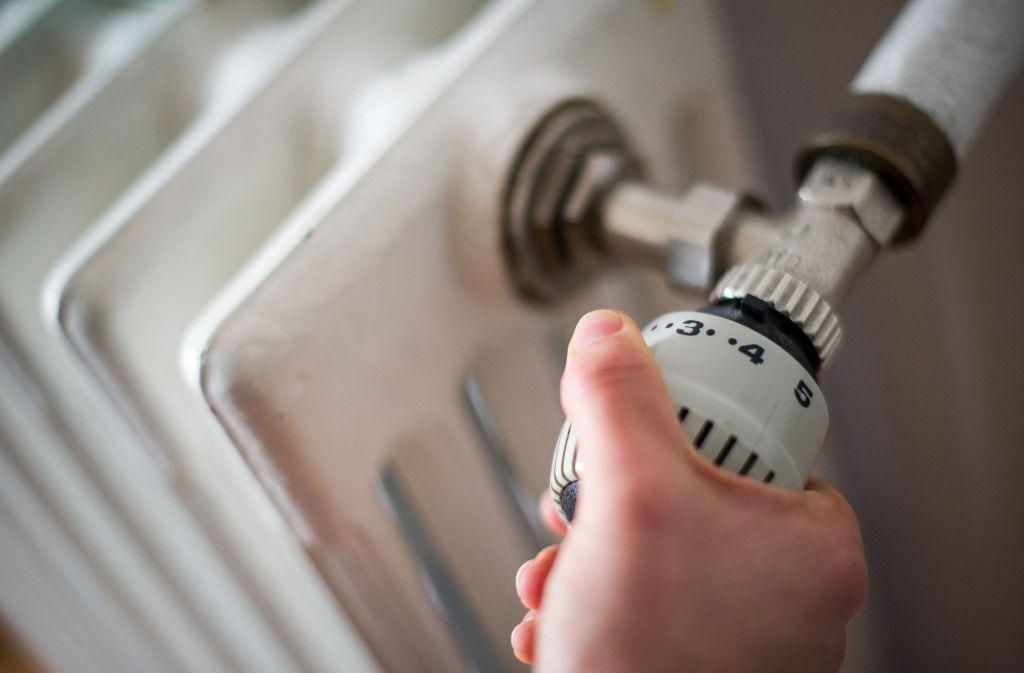 Sinkt die Zimmertemperatur tagsüber unter 16 Grad, muss der Vermieter die Heizung sofort anstellen. Foto: dpa