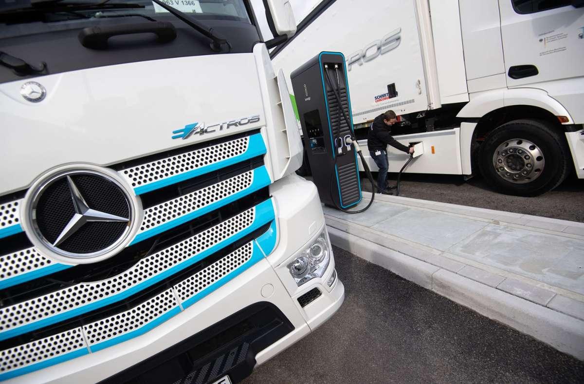 Prototypen seien als 18- oder 25-Tonner seit 2018 von Kunden im Dauereinsatz erfolgreich getestet worden, betont Daimler (Archivbild). Foto: dpa/Marijan Murat