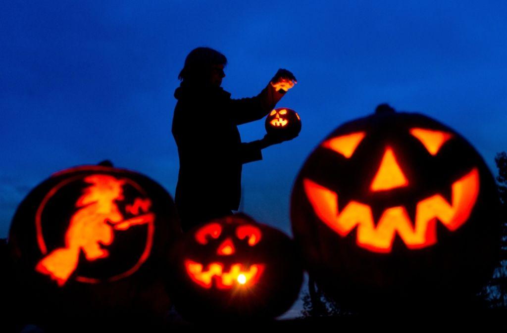 Sehr zur Freude der Bauern werden zu Halloween zahlreiche Kürbisse in freundliche Geister verwandelt. Foto: dpa-Zentralbild
