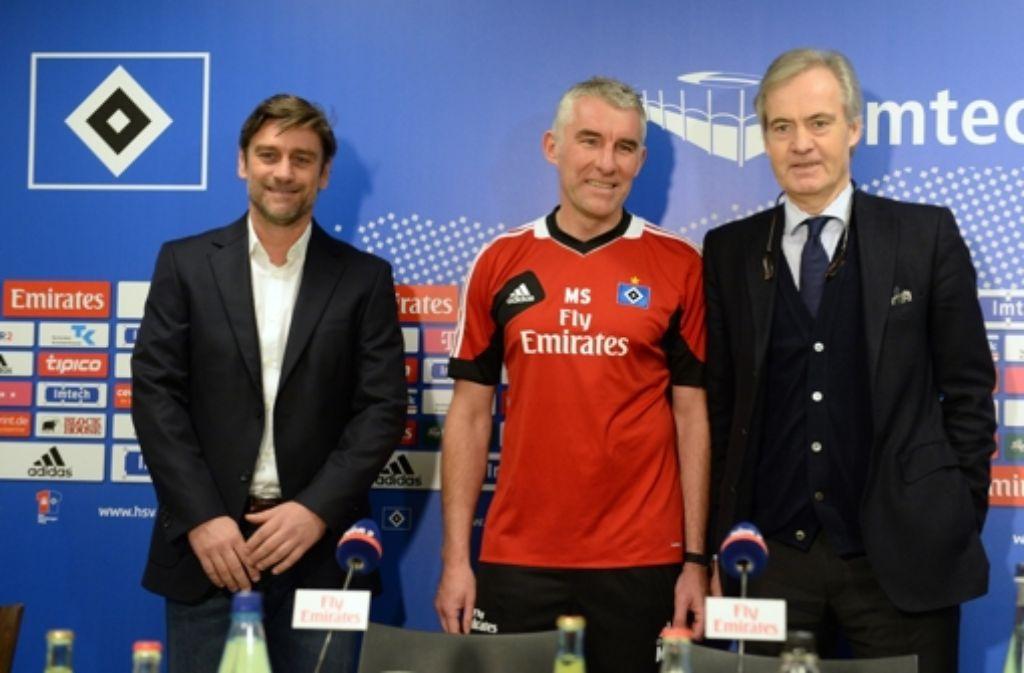 Im HSV-Trikot zur Pressekonferenz: Mirko Slomka (Mitte) Foto: dpa