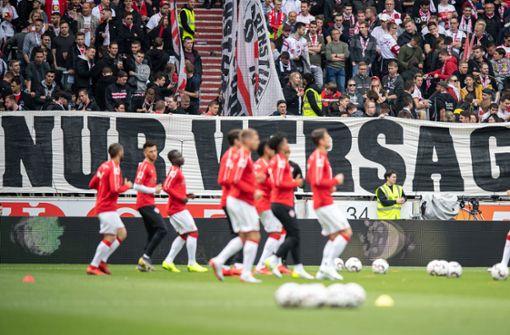 VfB-Fans gehen vor Spiel auf die Mannschaft los