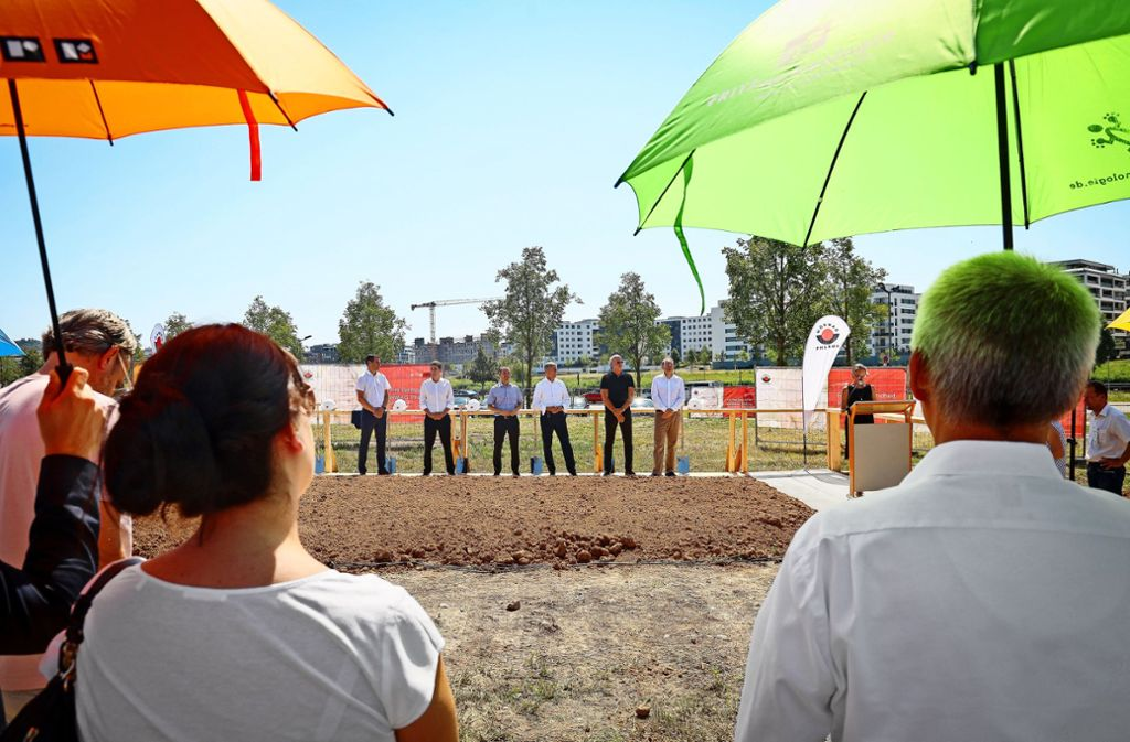 Spatenstich auf dem Flugfeld für Wörwag Pharma  – mit Regenschirmen als Sonnenschutz Foto: factum/