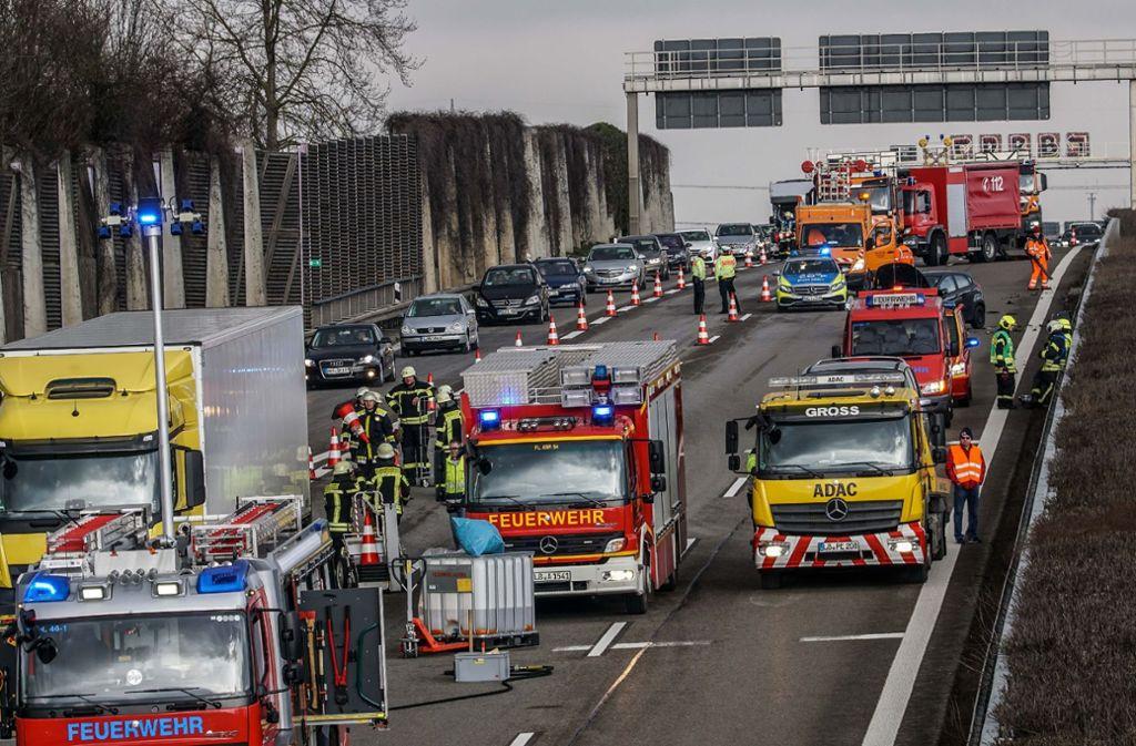 Stau am Sonntag auf der A81: Bei einem Lkw (links) wurde bei einem Unfall der Tank aufgerissen. Foto: SDMG