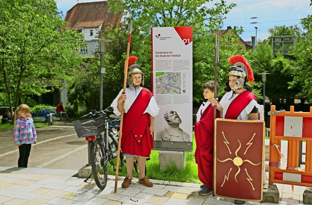 Einige Sechstklässler  haben sich für die Eröffnung als Römer verkleidet. Foto: Horst Rudel
