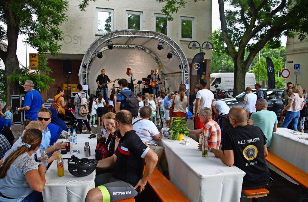 Gute Stimmung  vor dem Unwetter: Bei  sommerlichen Temperaturen genossen die Besucher auf dem Leonhard-Schmidt-Platz die Musik der Party Blues Band. Foto: Kuhn