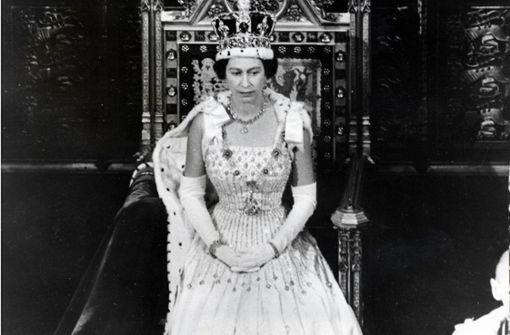 Hier trägt die Queen das Brautkleid ihrer Enkelin