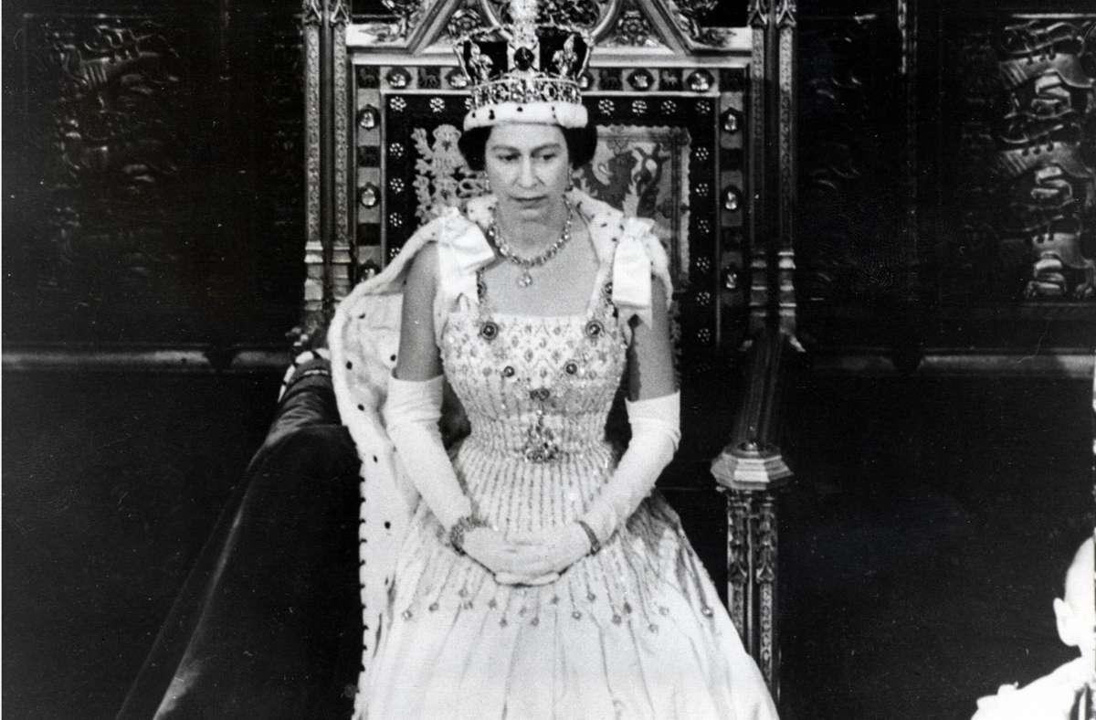 Queen Elizabeth II. eröffnete das britische Parlament 1966 in dem Kleid, das Jahrzehnte später ihre Enkeltochter Beatrice an ihrer Hochzeit tragen würde. Foto: imago/ZUMA/Keystone/imago stock&people