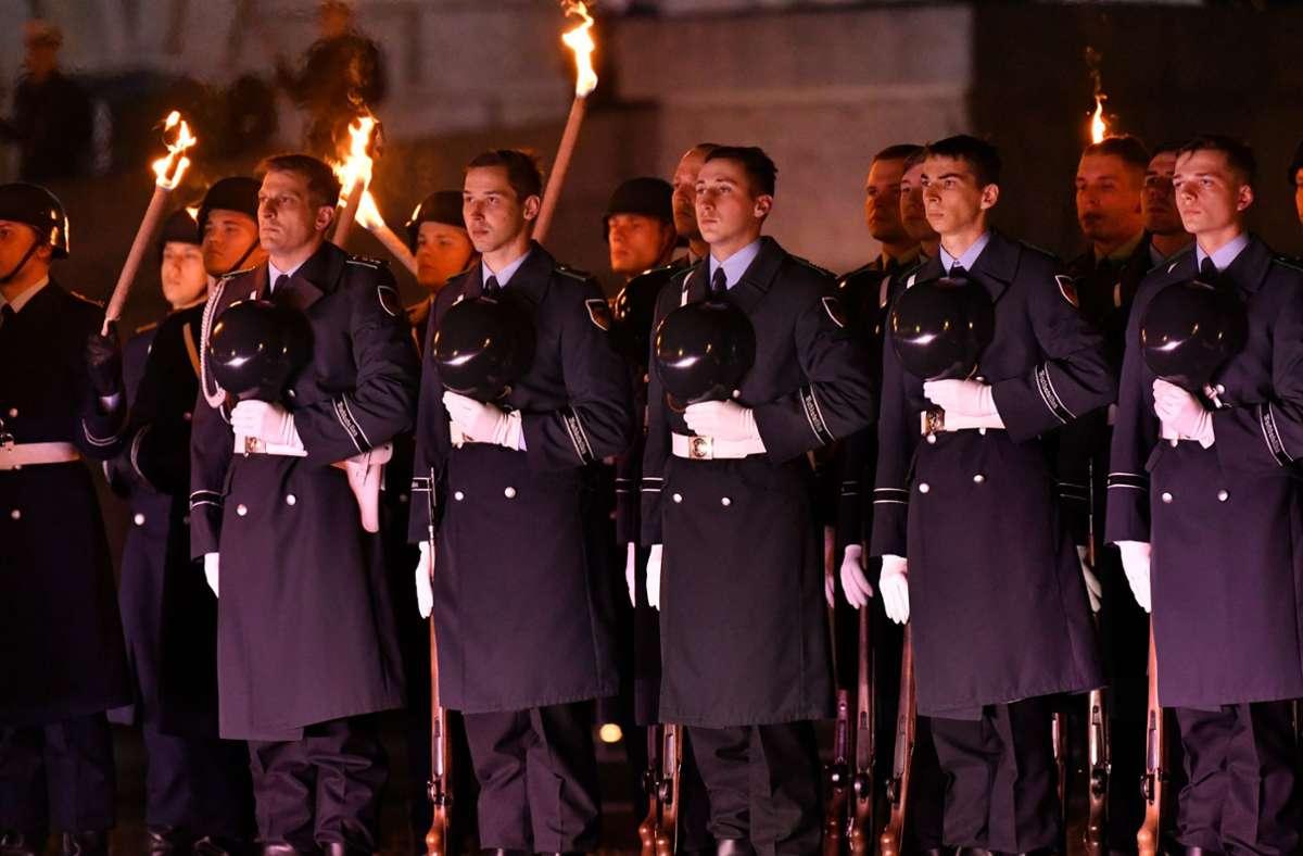 Der Große Zapfenstreich der Bundeswehr mit Fackellauf – die feierliche Zeremonie hat auch Kritik ausgelöst. Foto: epd/Christian Ditsch