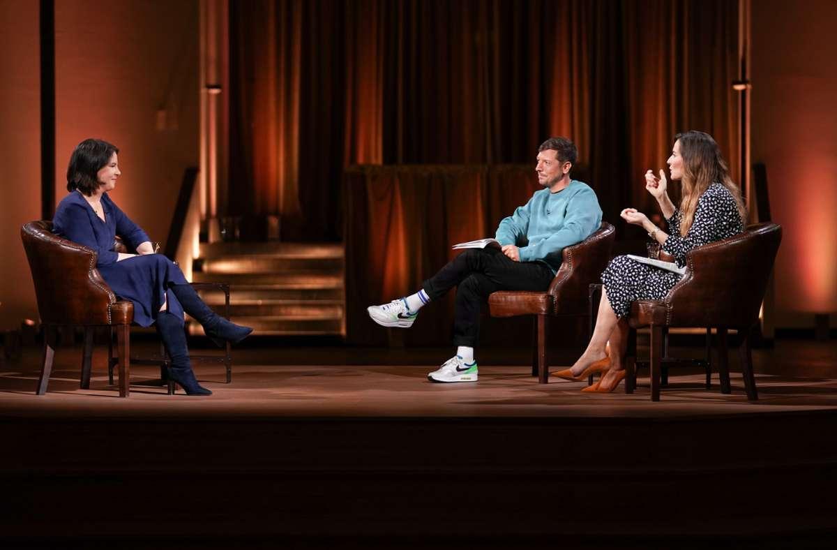 Annalena Baerbock (links) mit den Moderatoren Thilo Mischke und Katrin Bauerfeind Foto: ProSieben/Max Hannes Beutler