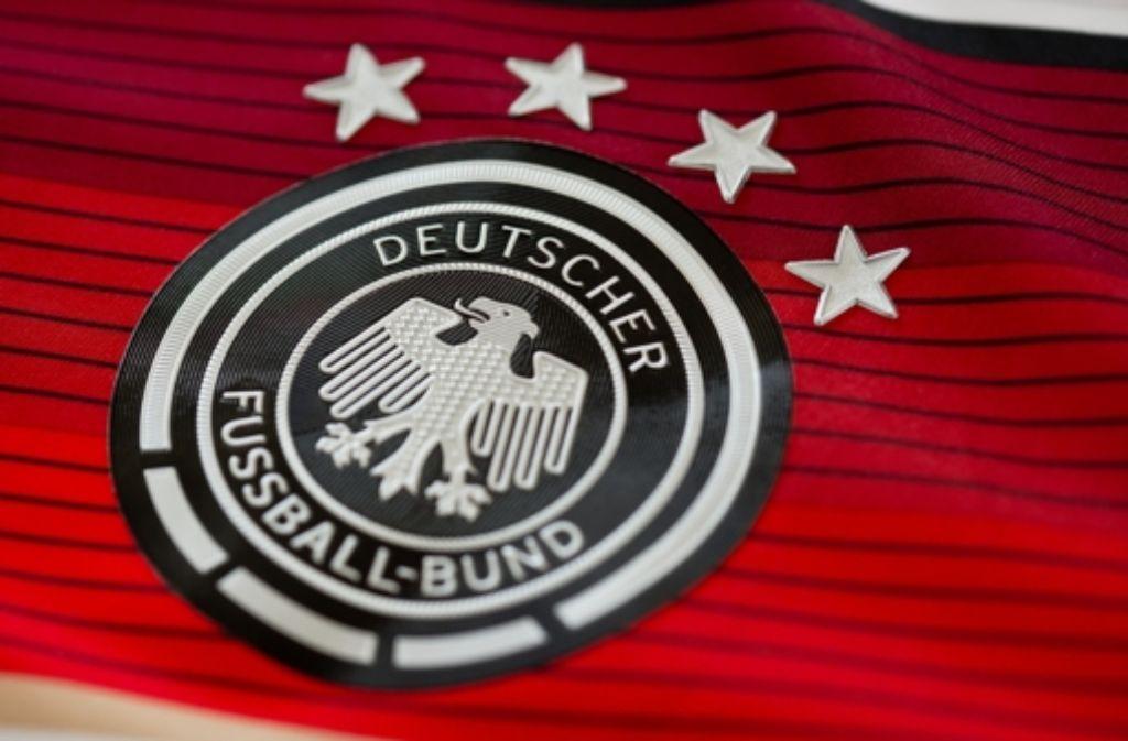 Das Logo des DFB ist auf dem offiziellen Trikot der Deutschen Fußball-Nationalmannschaft Foto: dpa
