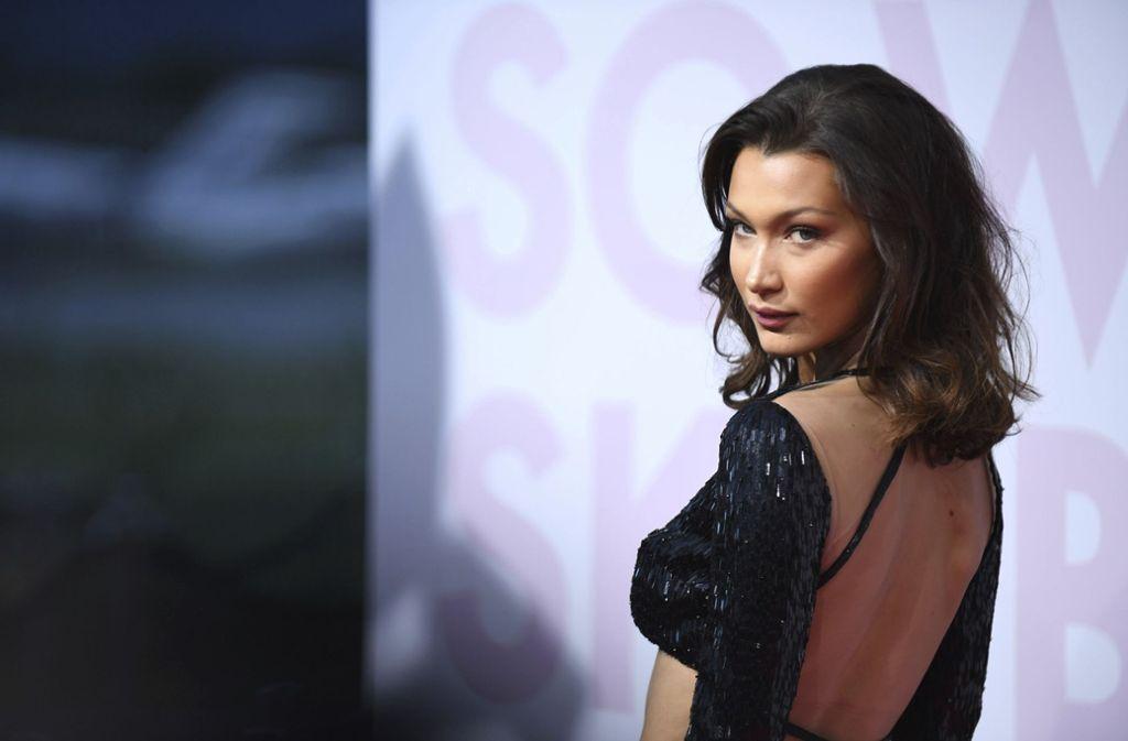 Model Bella Hadid ließ mit ihrem tief am Rücken ausgeschnittenen Kleid tief blicken. Foto: Invision/AP