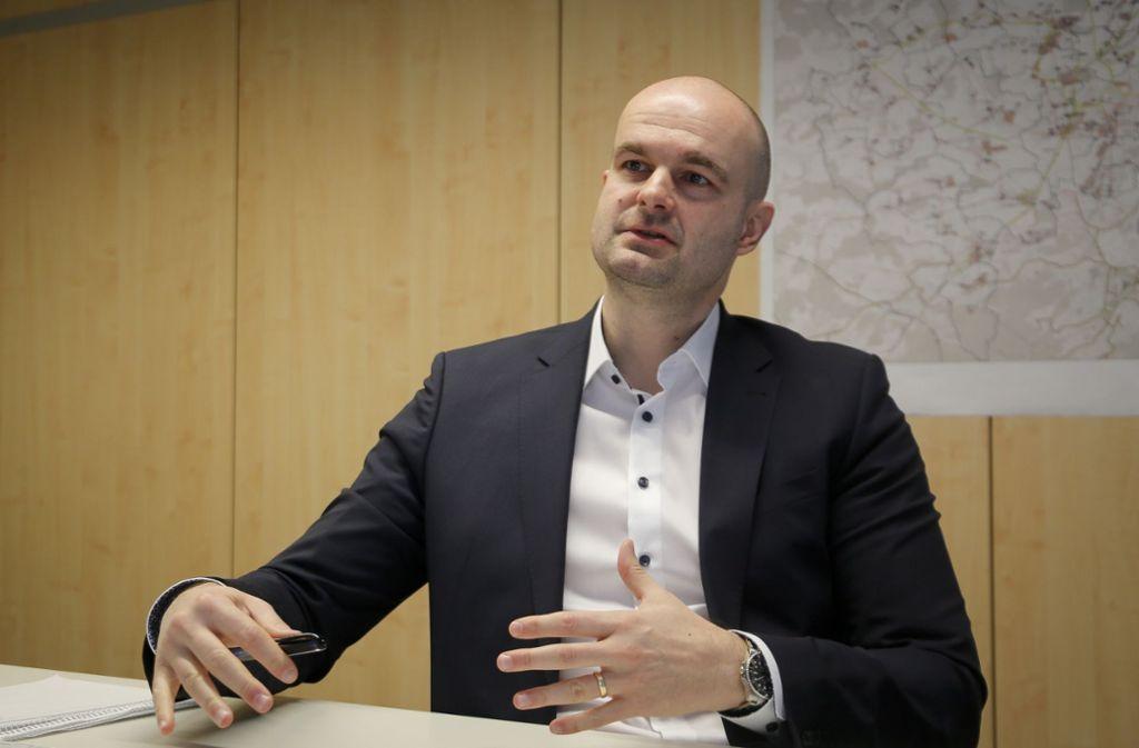 Viktor Kostic beschäftigt sich beruflich schon lange mit dem Thema Internet in den Kommunen. Nun koordiniert er den Glasfaserausbau im Landkreis. Foto: factum/Granville