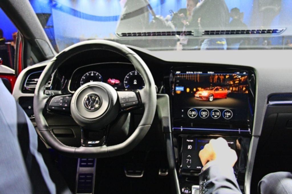 Gleich mehrere Touchscreens in diesem Golf machen deutlich, wie viel Elektronik in einem Auto steckt. Foto: dpa