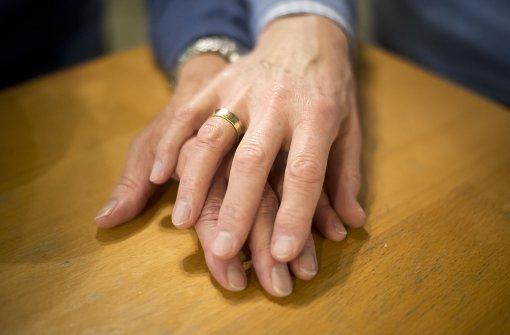 Gleichgeschlechtliche Liebe ist umstritten in Kirchenkreisen. Foto: dpa