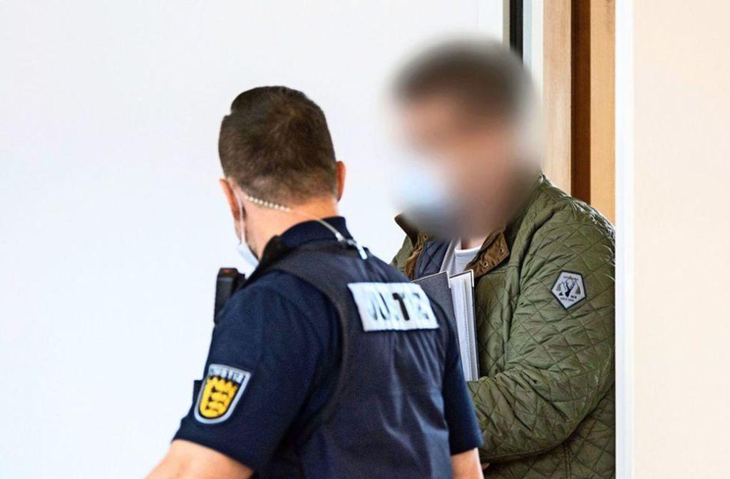 Jens Maier (grüne Jacke) muss vor Gericht aussagen. Foto: dpa/Marija Murat