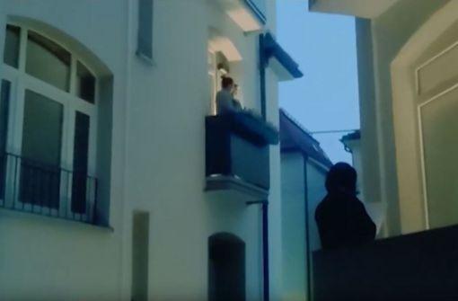 Menschen singen sich auf Balkonen Mut zu