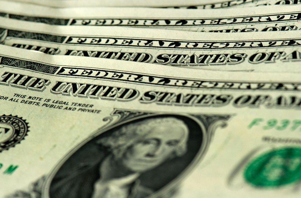 Auf einem Highway im US-Bundesstaat New Jersey hat ein Geldtransporter Dollarnoten verloren. (Symbolbild) Foto: dpa-Zentralbild