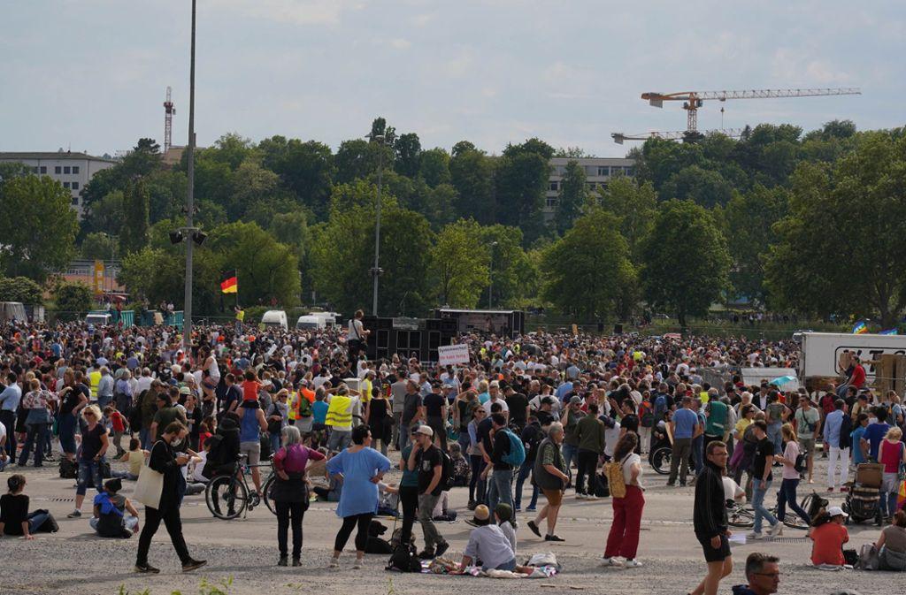 Mehrere Tausend Menschen versammeln sich auf dem Stuttgarter Wasen. Foto: Andreas Rosar Fotoagentur-Stuttg/Andreas Rosar Fotoagentur-Stuttg