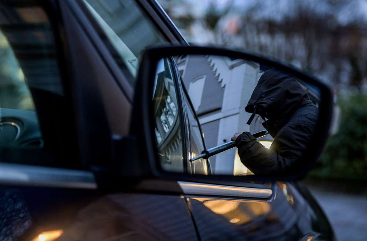 Diebe in Stuttgart hatten es auf wertvolle Gegenstände im Auto abgesehen. Foto: dpa/Axel Heimken