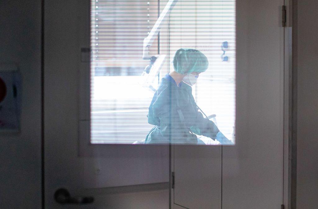 Wissenschaftler beschäftigt noch immer, wie sich das Virus verbreitet. Foto: picture alliance/dpa/Marcel Kusch